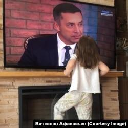Дочка Вячеслава смотрит на папу во время его эфира