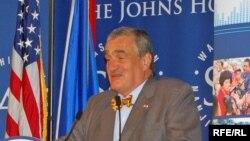 Karel Schwarzenberg Washingtonda Azad Avropa və Azadlıq Radiosunun (RFERL) keçmiş Çexeslovakiyada yayımının 60-cı ildönümü münasibətilə keçirilən mərasimdə çıxış edir, 2 iyun 2011