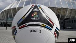 Символический футбольный мяч у Олимпийского стадиона в Киеве