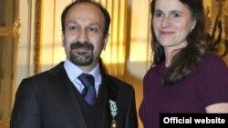 آقای فرهادی روز پنجشنبه نشان عالی هنر و ادبیات را از خانم اورلی فیلیپتی، وزیر فرهنگ فرانسه دریافت کرد