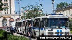 Мухолифатнинг Баррикадная метро мекати олдидаги лагери полициялар томонидан қуршовга олинди.