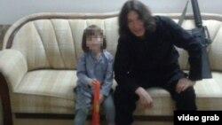 Боевик, представляющийся как Абу Аиша Казахи, выкладывает в социальной сети снимки детей на подконтрольной ИГ территории.
