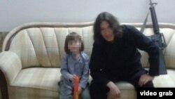 Боевик экстремистской группировки «Исламское государство» Абу Айша аль-Казахи со своим сыном Абдурахманом.