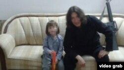 """Боевик группировки """"Исламское государство"""" Абу Айша аль-Казахи со своим сыном Абдурахманом"""