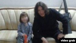 Боевик-исламист из Казахстана со своим сыном в пропагандистском видео экстремистской группировки ИГ.