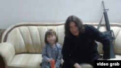 Боевик-исламист из Казахстана со своим сыном на пропагандистском видео экстремистской группировки ИГ.