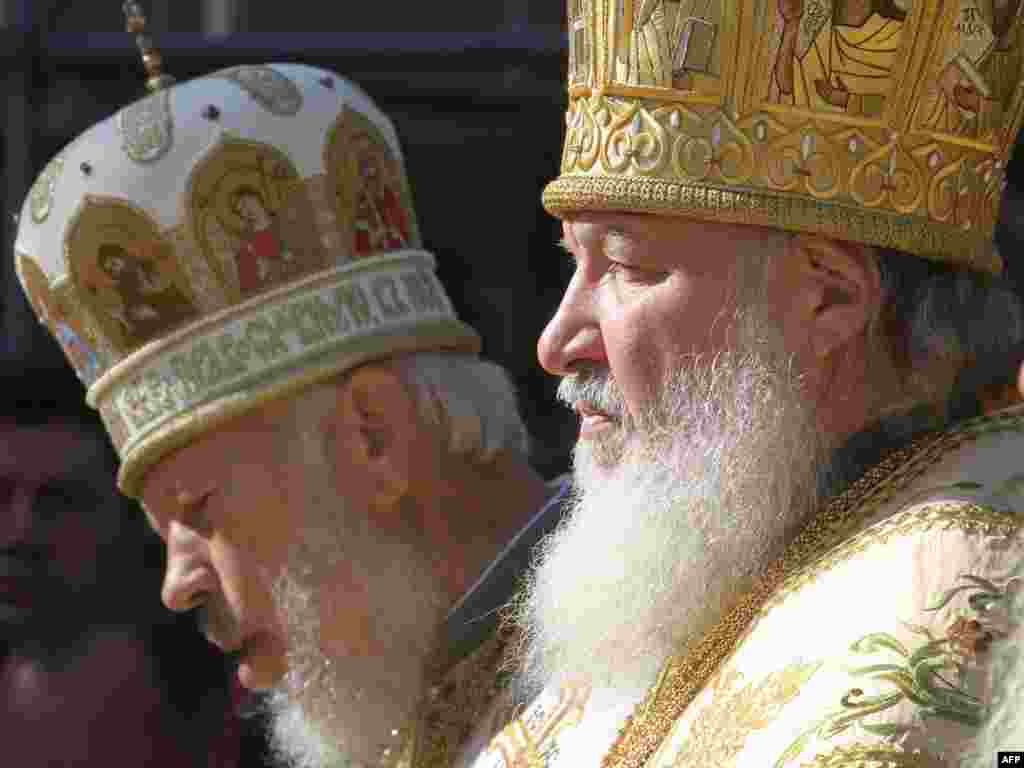 Ukraine -- Metropolitan Volodymyr (L) and Russian Orthodox Church Patriarch Kirill during liturgy in Pechresk Lavra in Kyiv, 28Jul2009 - UKRAINE, Kiev : Russian Orthodox Church Patriarch Kirill (R) and Ukrainian Metropolitan Volodymyr (L) cross themselves during liturgy in Kiev Pechresk Lavra in Kiev on July 28, 2009. The head of the Russian Orthodox Church, Patriarch Kirill arrived in Ukraine on Monday for a ten-day visit