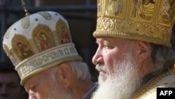 Митрополит Володимир (ліворуч) і Патріарх Російської православної церкви Кирило під час службу Божу з нагоди дня пам'яті князя Володимира в Києво-Печерській лаврі, 28 липня 2009 року