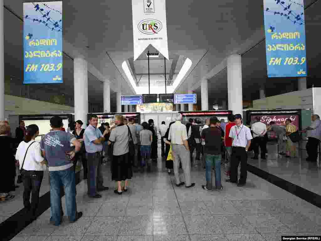 """მოსკოვიდან ჩამომსვლელ სტუმრებს თბილისში 13:10 საათზე ელოდნენ. - 23 აგვისტოს, ბოლო ორი წლის განმავლობაში პირველად, მოსკოვიდან თბილისის მიმართულებით და პირიქით, პირდაპირი ჩარტერული ავიარეისი შეასრულა რუსეთის კომპანია """"სიბირმა"""". 3 ოქტომბრამდე ავიაკომპანიის თვითმფრინავები კვირაში სამ ჩარტერულ რეისს შეასრულებენ."""