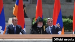 Nagorno-Karabakh - Armenian President Serzh Sarkisian (R) and former President Robert Kocharian (L) watch a military parade in Stepanakert, 09May2012.