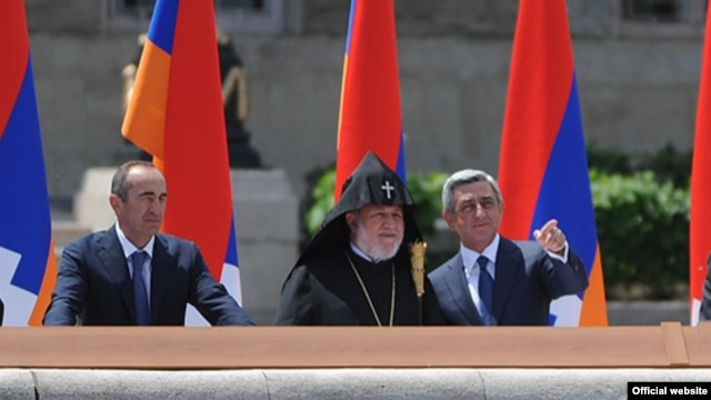 Nagorno-Karabakh - Armenian President Serzh Sarkisian (R) and former President Robert Kocharian (L) watch a military parade in Stepanakert, 9May2012.