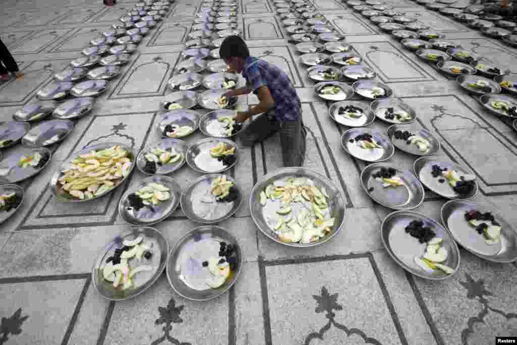 Pakistan - Priprema jela za iftar, u svetom mjesecu Ramazana, u džamiji u Karačiju, 26. juli 2013. Foto: REUTERS / Athar Hussain