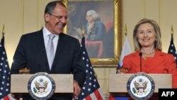Шефовите на дипломатиите на САД и Русија, Сергеј Лавров и Хилари Клинтон на прес-конференција во Вашингтон на 13 јули 2011 година.