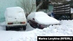 Автомобили утром после снежной пурги. Семей, 26 декабря 2012 год.