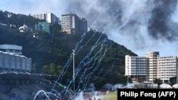 Demonstranti bježe nakon što je policija ispalila suzavac na univerzitetu u Hong Kongu, 12. November 2019.