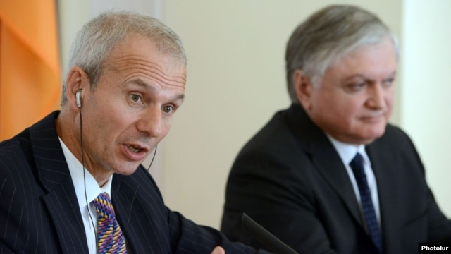 Armenia - British Minister for Europe David Lidington (L) speaks at a news conference with Armenian Foreign Minister Edward Nalbandian in Yerevan, 18Sep2012.