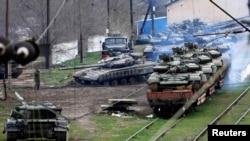 """Украинские танки, """"доставшиеся"""" российской армии, переправляют на север Крыма для укрепления российской воинской группировки на границе с материковой Украиной"""