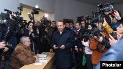 Armenia - Prime Minister Hovik Abrahamian prepares to vote in a constitutional referendum, Yerevan, 6Dec2015.