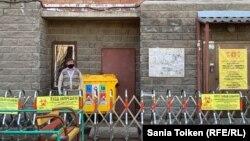 Заблокированный вход в многоквартирный дом в столице Казахстана Нур-Султане