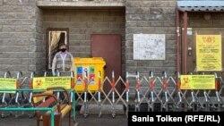Заблокированный вход в многоквартирный дом в Нур-Султане.
