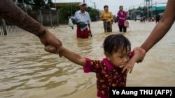 Тасқын алған аймақтағы адамдар. Мьянма, 29 шілде 2018 жыл.
