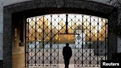 Главные ворота бывшего концлагеря в Дахау около Мюнхена. Архивное фото.
