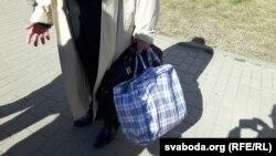 У суд Адамовіч прыйшоў з сабранай торбай на выпадак зьняволеньня