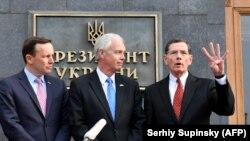 Слева направо: американские сенаторы Крис Мерфи, Рон Джонсон и Джон Баррассо после встречи с президентом Украины Владимиром Зеленским. Киев, 14 февраля 2020 года.