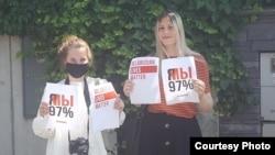 Учасниці акції солідарності з білорусами в столиці Словаччини Братиславі, серпень 2020 року