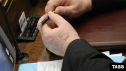 Член Совета Федерации во время голосования