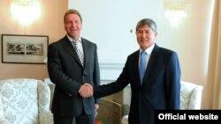 Кыргыз президенти Алмазбек Атамбаев Орусия өкмөт башчысынын орун басары Игорь Шуваловду кабыл алды. Чолпон-Ата,14-август, 2012.