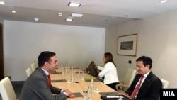 Министерот за надворешни работи Никола Димитров на форумот во Дубровник се сретна со американскиот дипломат Хојт Брајан Ји.