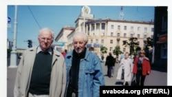 З Васілём Быкавым на праспэкце Незалежнасьці ў Менску
