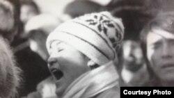 Баян Әуелованың 1986 жылғы Желтоқсан оқиғасы кезінде Алматының орталық алаңына жиналған жастардың алдында сөйлеп тұрған сәті. (Мұрағаттағы фото.)