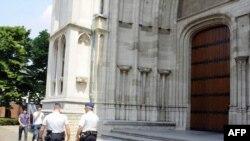 Бельгийская полиция у стен Мехелен-Брюссельского архиепископства.