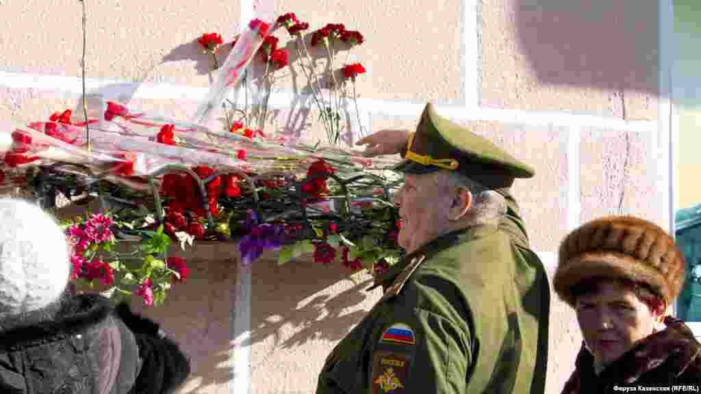 Участники митинга возложили цветы к памятной доске, посвященной Амет-Хану Султану