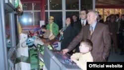 Президент Казахстана Нурсултан Назарбаев на открытии развлекательного парка с женой Сарой и внуком Айсултаном. Алматы, 1997 год.