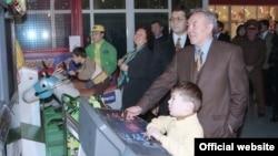 Президент Казахстана Нурсултан Назарбаев на открытии развлекательного парка с супругой Сарой и внуком Айсултаном (справа). Алматы, 1997 год.
