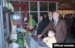 Президент Казахстана Нурсултан Назарбаев на открытии развлекательного парка с женой Сарой и внуком Айсултаном (справа). Алматы, 1997 год.