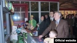Қазақстан президенті Нұрсұлтан Назарбаев әйелі Сара Назарбаева және жиені Айсұлтанмен бірге ойын-сауық орталығының ашылуында тұр. Алматы, 1997 жыл. Сурет Ақорданың Instagram-дағы парақшасынан алынған
