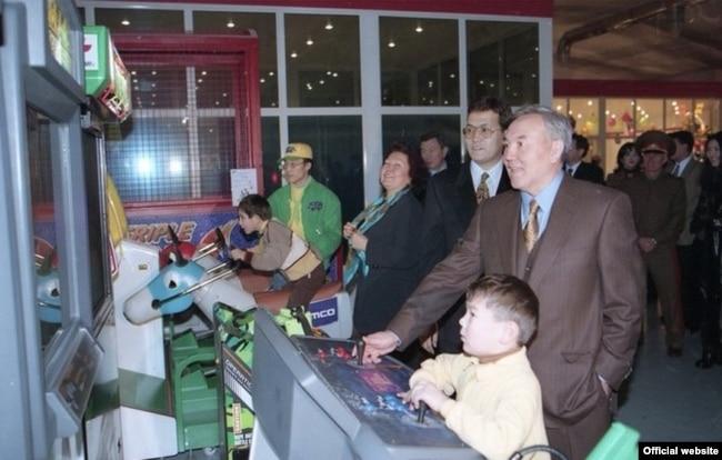 Президент Казахстана Нурсултан Назарбаев на открытии развлекательного парка с внуком Айсултаном. Алматы, 1997 год