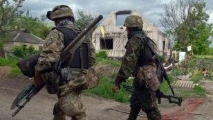 Українські військові прямують до передової лінії оборони неподалік  Донецька, 28 травня 2015 року