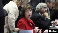 Глава внешнеполитического ведомства ЕС Кэтрин Эштон (в красном), Брюссель, 1 декабря 2011
