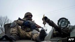 Український військовослужбовець на бронетранспортері у селі Орлівка, що поблизу Донецька. 23 січня 2015 року