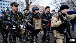 Пророссийские боевики у здания СБУ в Луганске, 13 апреля 2014 года