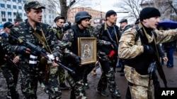 Luqansk şəhərində Ukraynanın Təhlükəsizlik Xidmətinin binasına hücum edən Rusiya yönümlü silahlı separatçılar. 13 aprel 2014