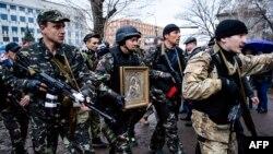 Бойовики угруповання «ЛНР» біля будівлі СБУ у Луганську. Квітень 2014-го року