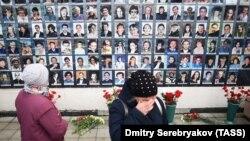 Цветы и фотографии погибших в Театральном центре на Дубровке в 2002 году.