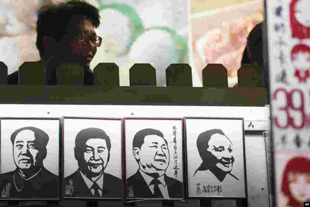 Введенная Дэн Сяопином поправка была призвана предотвратить возвращение к пожизненной диктатуре, характерной для времен Мао Цзэдуна, управлявшего Китаем с 1949 года и до самой смерти в 1976 году.
