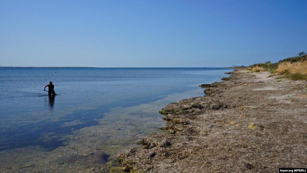 В Межводном по-летнему тепло. Местный пенсионер Анатолий ловит в бухте креветок